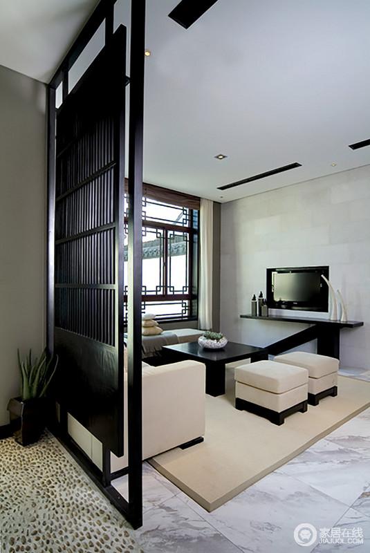 休闲室的设计减少了色彩的运用,灰色背景墙与白灰色地砖加深对比之外,与驼色系沙发和黑色桌几强调反差,更注重温实的生活体验;中式窗户的造型与简洁的黑檀木隔断令空间不仅具有结构之美,更带来了东方艺术的张力。