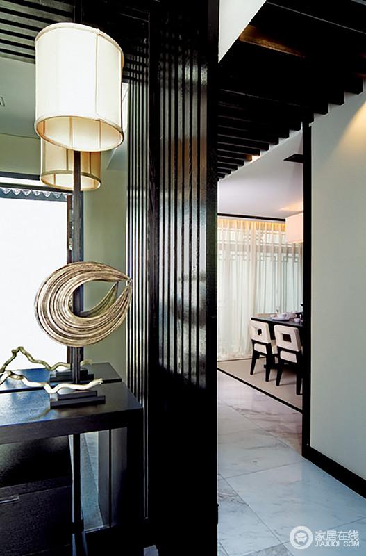 空间线条简单,所以,给人一种自在和简洁感,休闲室的一角更是以陈列的金属摆件和圆形筒灯,凸显空间的精致感。