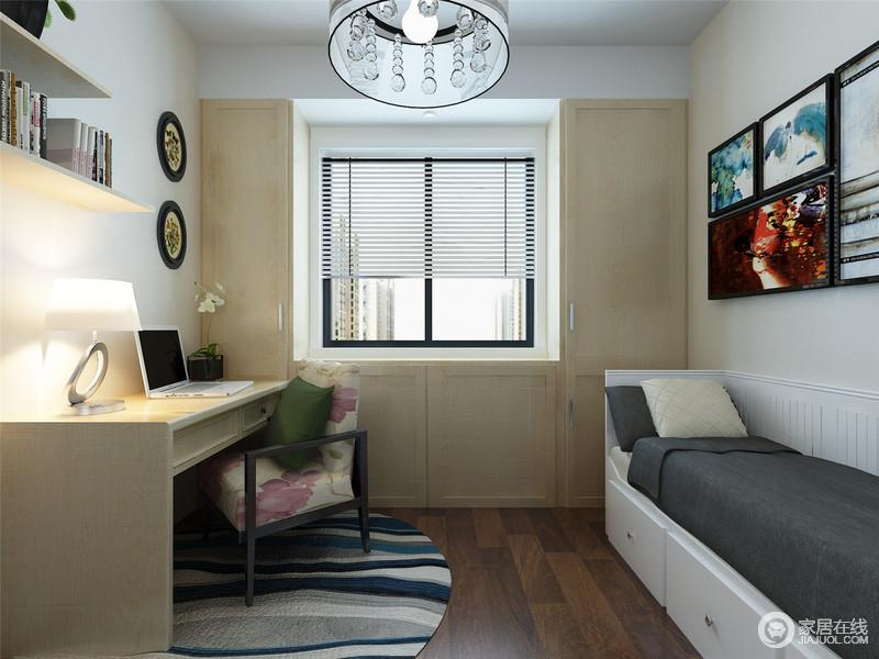 书房空间规整,设计师利用原木材料将窗台两侧做了美化,令空间朴质利落,搭配悬挂式书架和书桌,造就生活的和暖;白色实木卡座黑色软垫与之对比出大气,与蓝白灰条纹圆毯、彩色挂画组合,赋予生活更多素静和文艺气息。
