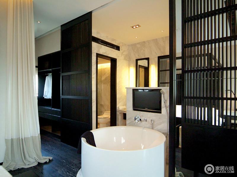 卫生间因结构将功能作了不同的分区设计,让生活更有质感;实木隔断与整个衣帽间以黑檀木为取材,庄重大气,与白色浴缸构成对比,却尽显利落。