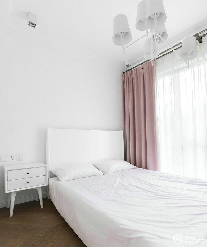 以为白色为主的小户型儿童房,采用了简约独有的简洁明亮的飘窗,搭配白色床头柜和粉色窗帘,甜美而舒适。