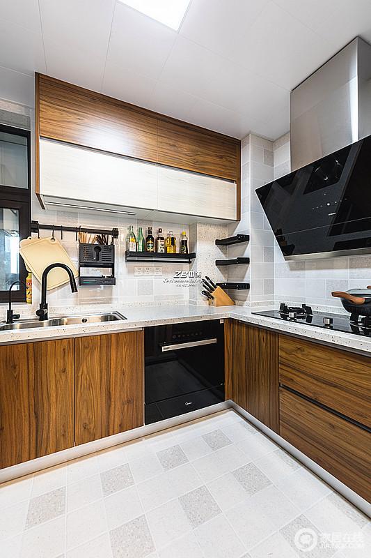 原木色的上下柜为厨房增添了更加浓厚的烟火之味,浅灰色墙砖与之构成色彩反差,层次之中,让空间不失现代大气;墙面借金属架子解决收纳的问题,让生活更多了份实用美学。