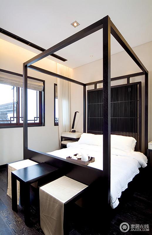 主卧十分规整方正,中式风的木床奠定了空间的中式意蕴,而实木支架床结构更是带人进入到中式的生活方式中,体验日常起居的儒雅;空间内陈列的方凳和白色窗帘、床品构成黑白时尚,赋予空间东方新时尚。