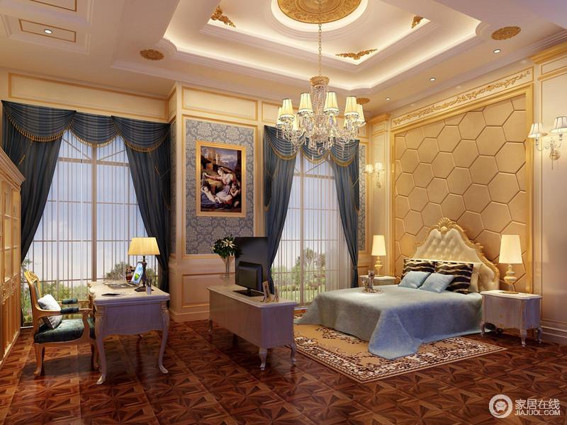主卧室空间非常大,双扇落地窗带来充足的光线,装饰的蓝色窗帘与床品及墙面印花底呼应,令空间的清新通透感强;华美精致的描金雕花与床头六边形几何图案,构建出空间的贵族气质;中央电视柜,无形中划分空间区域。