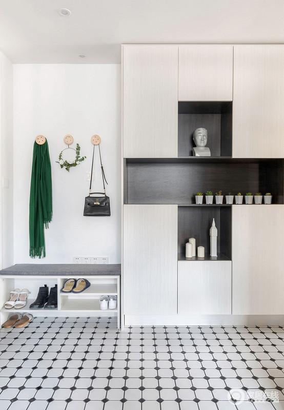 入门玄关做了一体式鞋架,简约却可以更大化的节省空间,圆形衣钩更是十分讨巧;收纳柜有趣的几何设计,黑白色调之中更为实用和时尚。