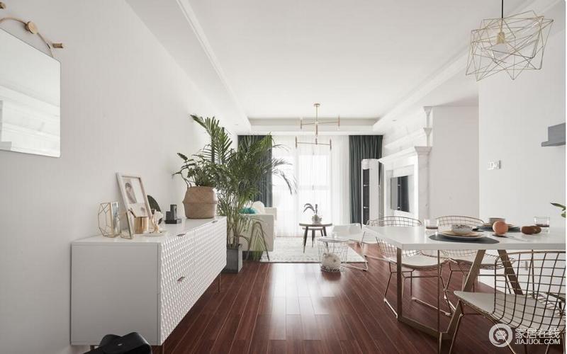 花纹地毯是时尚之家的绝对首选,带来沙发所没有的乐趣和质感。纱质窗帘营造朦胧的空间,镂空设计的北欧范的座椅与置物架是精挑细选的成果,二者结合打造高级感与时尚感。纯白空间配合绿色植物,打破纯色空间,可时尚可悠闲。