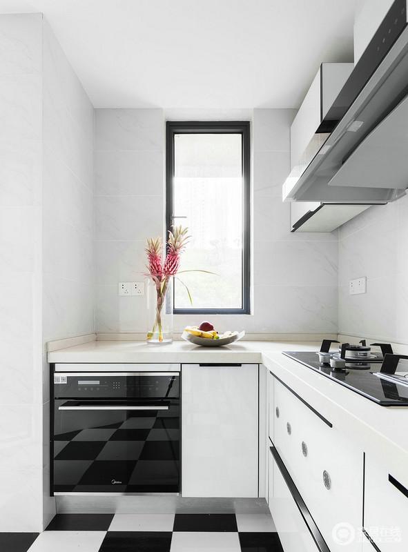 黑白搭配的厨房做到了小而精,浅色调的设计略显感觉,搭配电器,更凸显了生活品质。