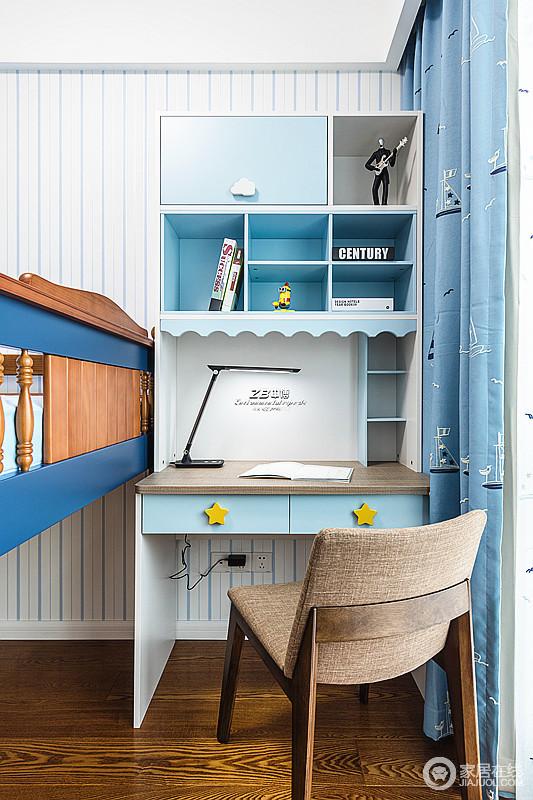 儿童房搭配小书桌,即可休息,也可有个安静的环境看书学习,白色条纹壁纸搭配蓝色系的家具 ,更富清新感,为孩子营造了一个足够梦幻童真的氛围。