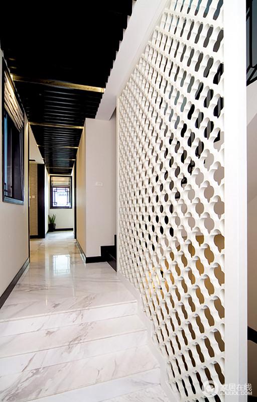 过道因为原木隔断的几何设计,让空间层次感突出,将有形的隔断化作无形的建筑,划分空间之余,令空间更有艺术气息。