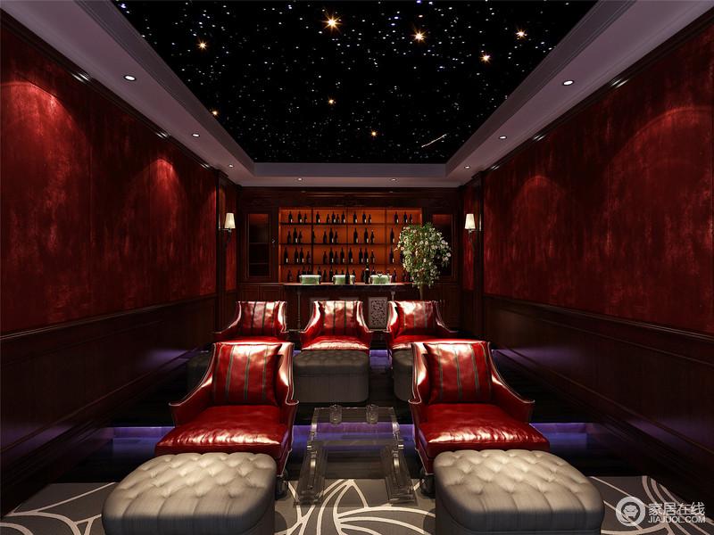 设计师将空间打造为一个仿真影音室,让你在观影其间享受影院般的体验;并利用红色皮质躺椅改变了色彩暗淡、古旧的氛围,让你在有质感的氛围中尽情观影放松。