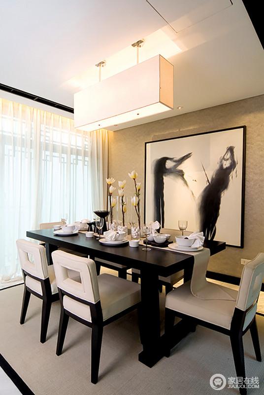 餐厅方正,就连吊灯都以矩形吊灯作主照明,让空间愈发规整得体;土色墙面上的黑白画将墨意雕刻了空中,并渲染着东方气韵,现代餐桌椅成套出现在空间,与精致地餐盘和花卉构成情调感十足的雅致。