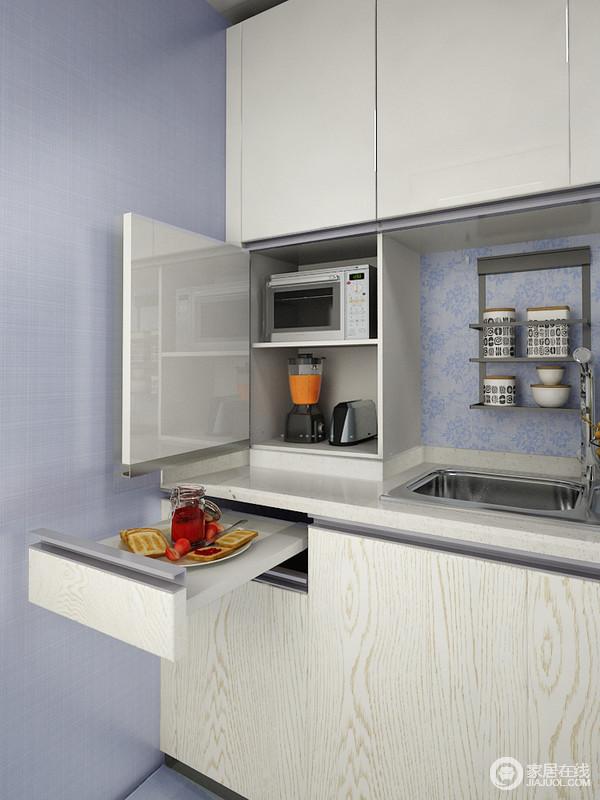 吊柜和地柜之间的间柜可以收纳一些厨房的小电器,让厨房整洁又干净。