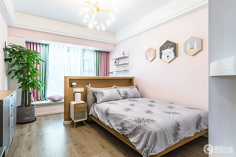儿童房没有浓重的色彩,却弥漫着比浓重色彩更浪漫的气息,粉色的墙和可爱的壁床头柜,实用又有安全感;飘窗处绿色与粉色窗帘带着时尚感,让生活充满愉悦感。