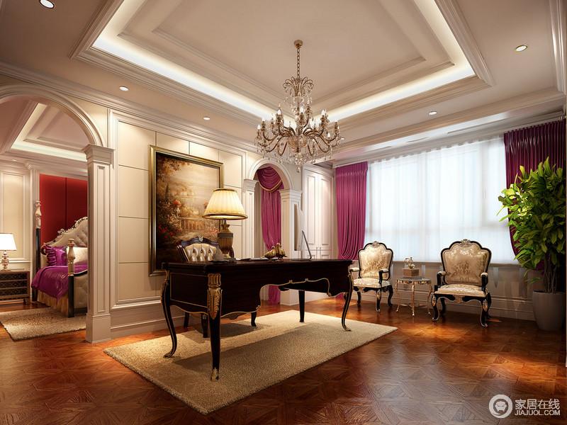 书房延续了主卧的风格特征,窗帘上的粉紫色体现空间上的统一。拱形的罗马柱垭口对称划分了空间区域,黑色的描金书桌与配套的座椅及流苏水晶灯,构筑空间上的沉稳雅致。
