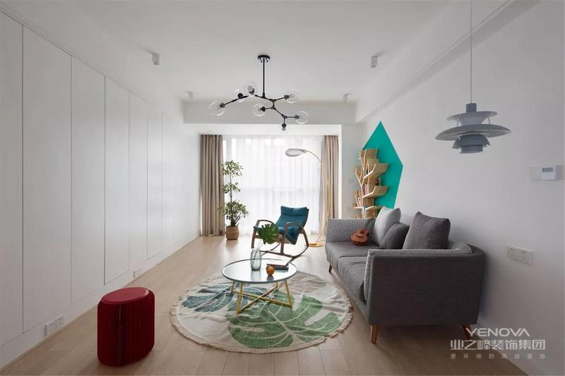 客厅以休闲放松功能为主,没有设置电视机,取而代之的是一排通顶的定制柜,营造出一种轻松舒适的实用空间。