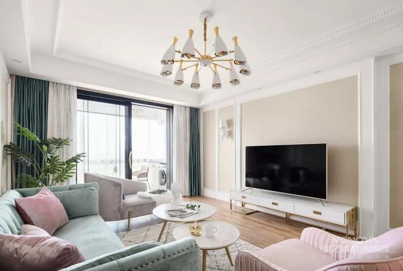 电视背景墙以线条作为空间区分,杏色乳胶漆使得空间气氛更加温暖舒适。搭配着粉色单人沙发椅,兼具美观性与实用性,空间优雅大气。