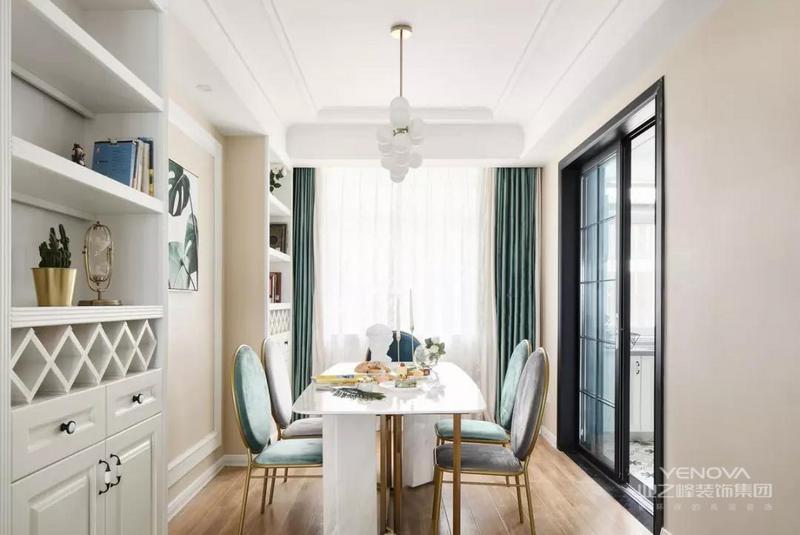 精致的餐桌搭配很有格调的餐椅,兼具美观性与舒适性,在别致的吊灯照耀下,营造出一个温馨愉悦的就餐环境。