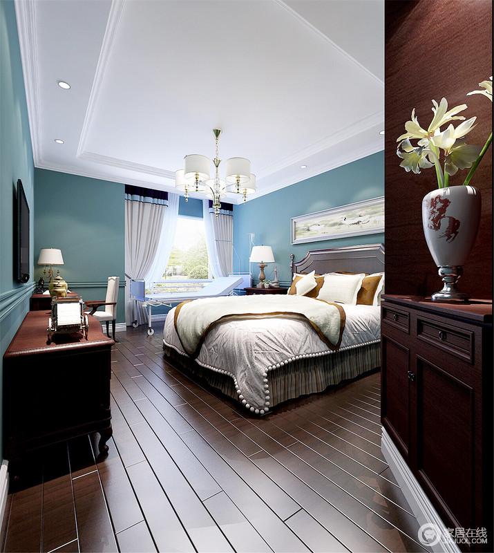 卧室以白色吊顶与蓝绿色漆形成色彩反差,规整之余,让整个空间多了几分田园清新;深褐色地板搭配储物柜,与空间的现代美式实木家具延续复古,却裹挟着器物,打造着温和、清净的家。