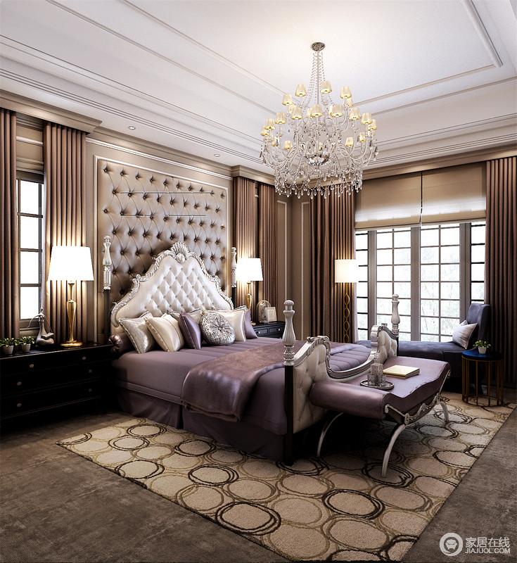 紫色的床品不仅质感十足,也将唯美的梦幻之色点缀在驼色调的空间里,令中性调的空间中显露着复古的唯美和干练;双色圆圈叠合的地毯添置温情的同时,令地面层次中显大气。