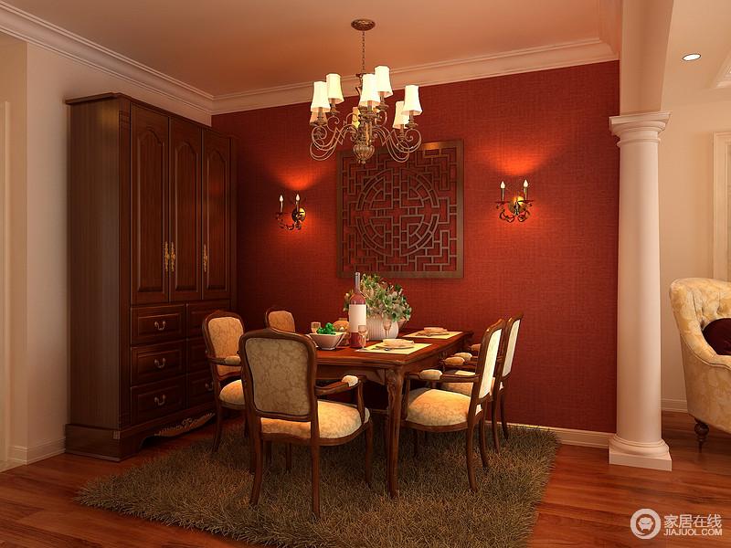 极具西方风格的多立克罗马柱作为餐厅垭口,气势的划分了空间区域。背景墙以中国红搭配花窗烘托着古典的餐桌椅,空间融合中西风情,碰撞出别具一格的气质。