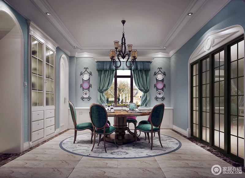 美式风格本身就带着朴质、自然随性,在其中添加更多的装饰元素,则将空间从随性上升到优雅、时尚的格调里。浅蓝与深绿的对比,在白色的点缀下,也丰富了层次性。