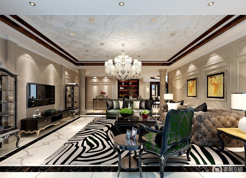 大平层的空间里,设计师运用丰富的线条演绎,营造出层次鲜明且极具视觉冲击力的空间;造型各异的家具混搭其间,精美的水晶灯饰华贵点缀,空间充满了低调的奢华。