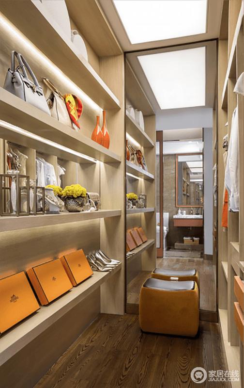 衣帽间空间并不大,但是功能设计足够主人实用,除了衣柜之外,定制的储物架,简洁实用,让主人生活得也很是舒适。