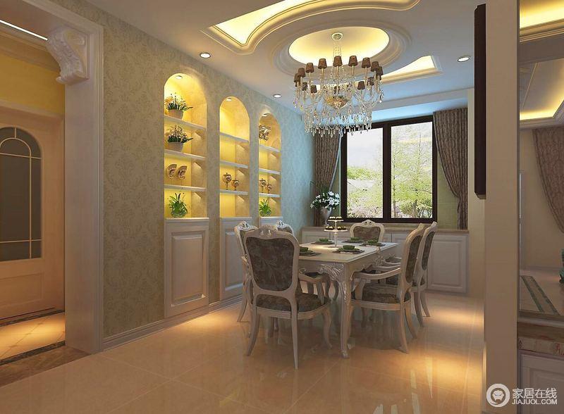 餐厅布置的简约但透着浪漫的高雅,水晶吊灯与花卉餐椅的浪漫精致,呼应着墙面,呈现出动人的就餐环境;酒柜以圆弧置物形式入墙,富有节奏和韵律。