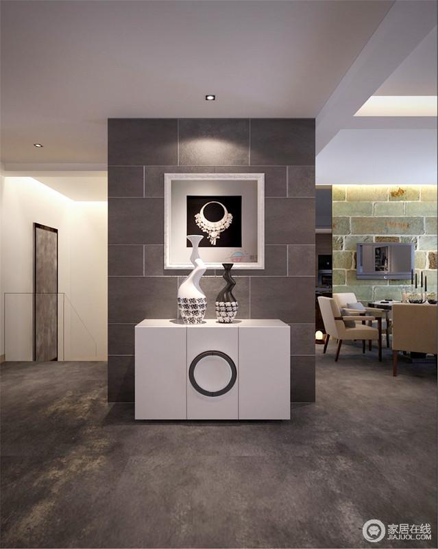 空间线条利落,简洁,白色的吊顶与灰色的地面形成强烈的反差,对比出了空间的色彩层次;灰色文化砖装饰玄关的立面,而黑白简画与白色边柜与之塑造出了现代时尚,还不失文化感染力。