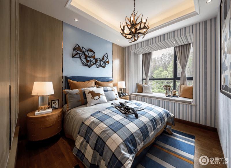 卧室的背景墙以蓝色漆粉刷墙面,金属小和金属装饰点缀出精致和硬朗,而原木板材对称的方式装饰出了朴质,与原木床头柜,塑造稳重;蓝白条纹壁纸装饰立面,增添了清新感,飘窗处的灰色窗帘、蓝色系地毯、床品,裹挟出了空间的舒适和雅致。