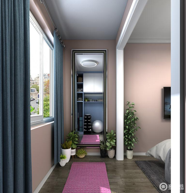 柜子对面墙体的空间,可以安装一张镜子,方便女性业主健身时使用,镜子周边的地面空间可以摆放更多的小型绿植,让空间变得清新自然,更加舒适。