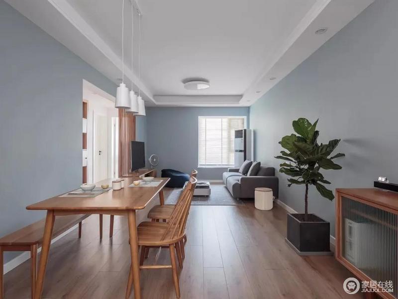 客餐厅一体式格局,以灰蓝色主调的墙面漆打破了空间的朴质,带来些许清新;虽然空间不大,但是以实用宽松的布局,搭配简约的木质家具、灰色布艺沙发,营造出一个简约大方的空间氛围感,舒适轻松又自然。