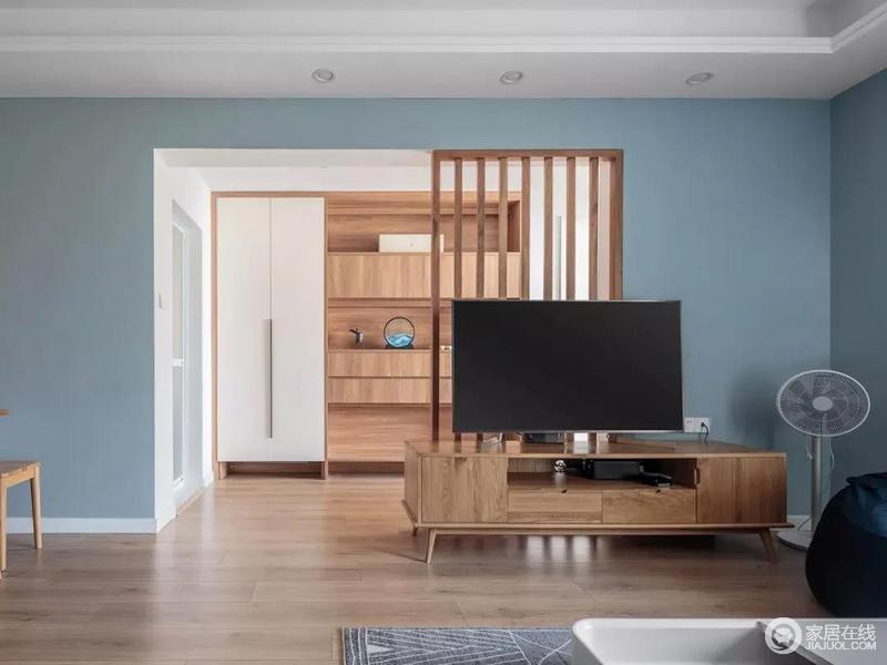 电视墙打掉一半做成木质屏风,使采光较差的客厅更加自然明亮。搭配上木质电视柜呈现出简洁、朴质的,加之木色的家具搭配,构成自然、温馨的氛围。