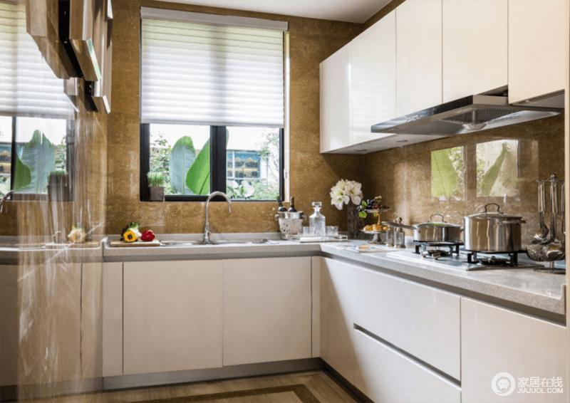 厨房结构规整简洁,米黄色的仿古砖给空间带来色彩感,更显古朴;白色烤漆橱柜干净利落,L型设计让操作也极为方便,成就主人想要的生活。