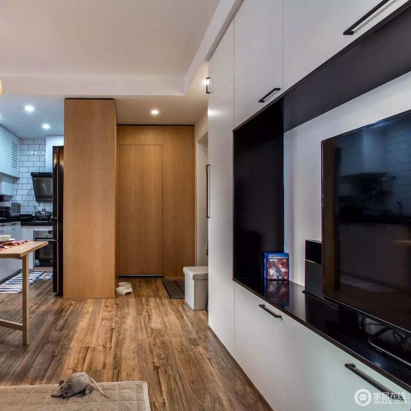 空间虽然面积小,但是合理利用墙面,一样可以达到最大化的收纳;电视背景墙以环绕型设计方式,充分利用墙面壁柜形式,增加客厅的实用性。