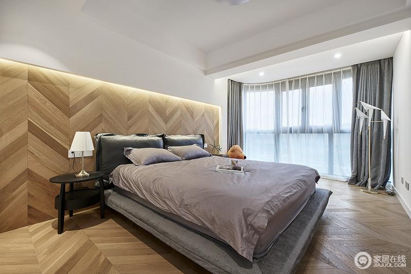 卧室空间利用原木地板的鱼骨拼接法,将地板上墙,打造一个完整的立体、朴质的空间。中性十足的家具配置,褐色床品,让生活多了中性利落,充分张扬女主人的个性。