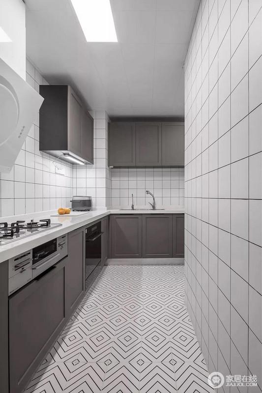 厨房以回字形的地砖搭配白色小格墙砖,令整个空间充满几何设计感;深灰色橱柜以色彩奠定空间的稳重,吊柜巧妙的布局并不显得压抑,实用之余,为主人提供了一个文艺轻松的烹饪空间。