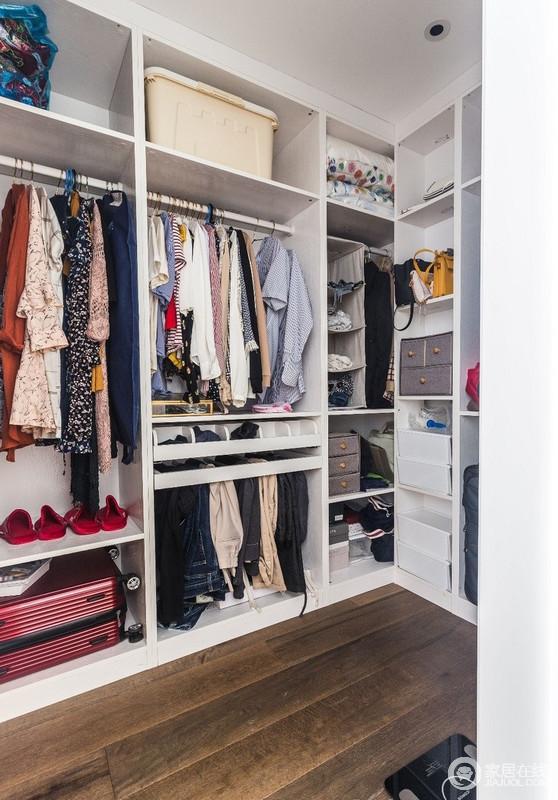 受制于承重墙的所在,只能对户型格局做微小的调整,简单拆除原主卫墙体,便得到一个超大衣帽间和一个壁橱衣柜,两相区分,便给了隔夜衣以安身立命之处。