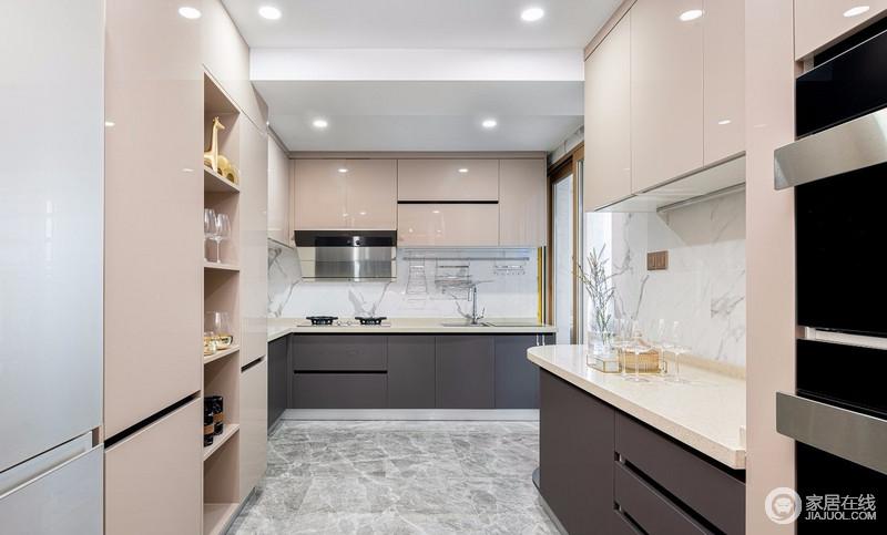 厨房将原来的次卫以及生活阳台的部分面积纳入厨房,将厨房分为中餐操作区以及西餐操作区,十分利落;高立柜放置内嵌的电器安置区,蒸烤箱等操作更加方便,香槟色的橱柜缓解了灰色地砖的冷淡,更显品质。
