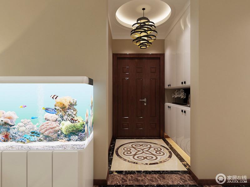 门厅定制了鞋柜,嵌入式设计并没有影响空间的规整和空间感,圆形穹顶与简欧地面拼花多显和润和贵气,再加上吊灯的衬托,中和出了温质。