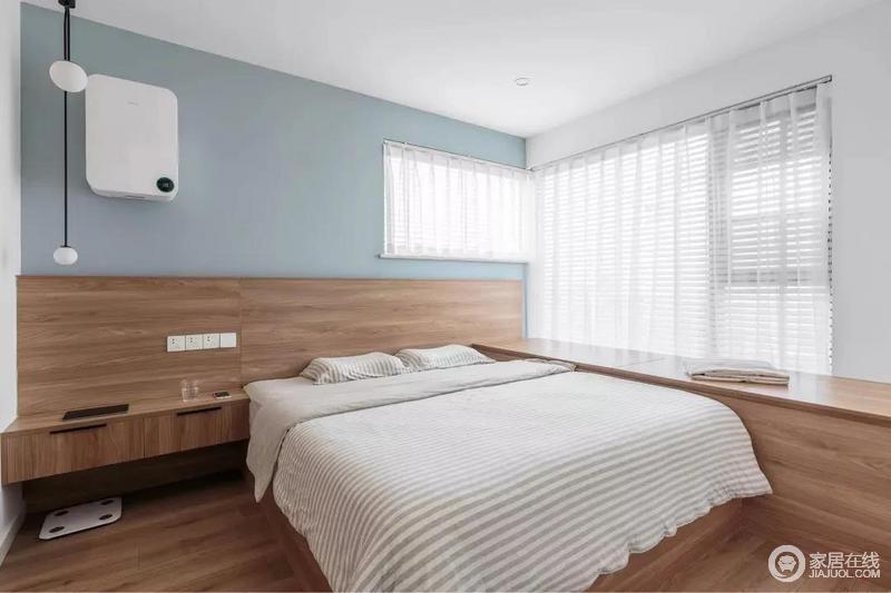 主卧白色的吊顶与淡蓝色的背景墙形成蓝白对比,简单而纯净;定制的床头柜、床头背景墙、与飘窗组合成一体的设计,令小空间也精致。