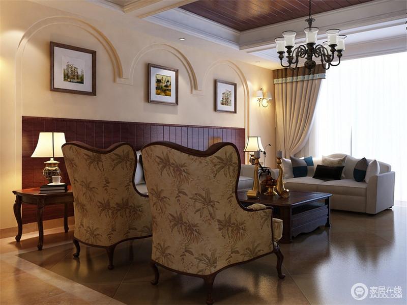 连续不全的拱形窗规划了淡粉色墙面,大自然系的棕色木板装点了墙裙,形成半面妆的状态。在木质的映衬下,灰白软质沙发搭配复古花纹沙发椅,营造出复古质朴的乡村风格。