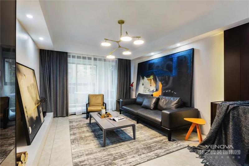 客厅给人以一种简洁大气的空间感,黑白色调为主色调,视觉上十分清爽自然。地面多使用中性色进行柔和过度,视觉更舒服。