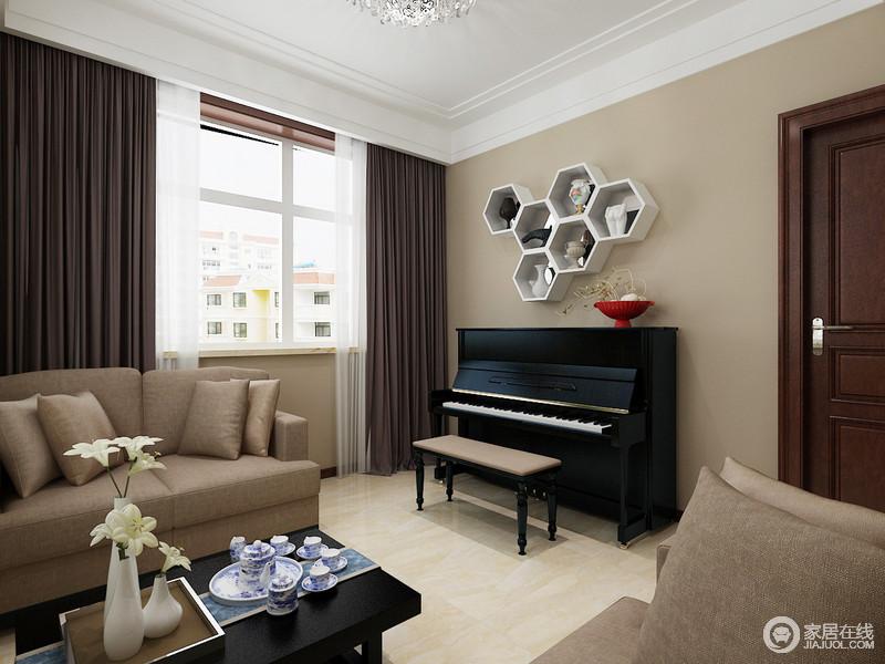 客厅的角落放置了钢琴,供而几何置物柜实现储物的同时,与之搭配出黑白时尚;褐色沙发与整个驼色调的空间相合相应,装饰出现代设计的得体温和。