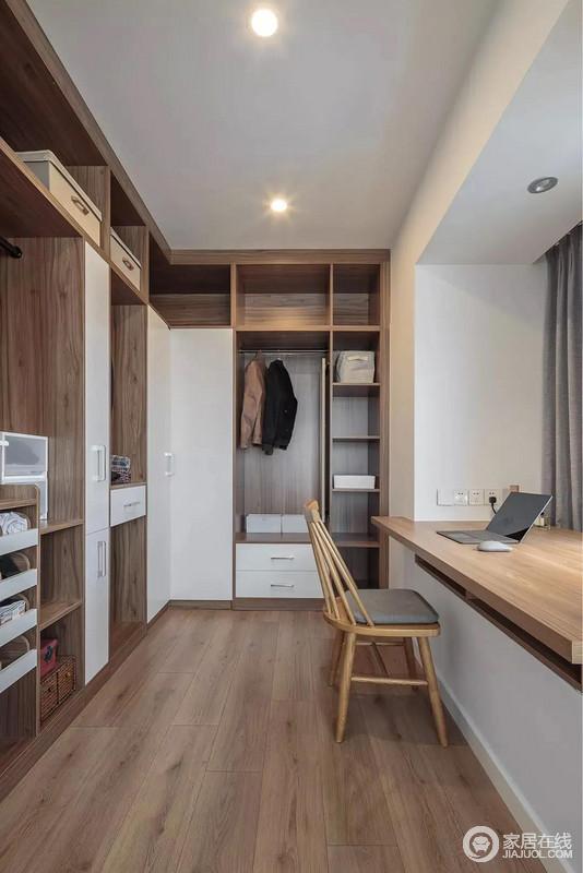 卧室旁边挨着的小空间被设计成衣帽间与书房,定制的衣帽间以胡桃木色与白色结合,实用又大气;靠窗加宽加高做成书桌将小空间也利用得恰到好处。
