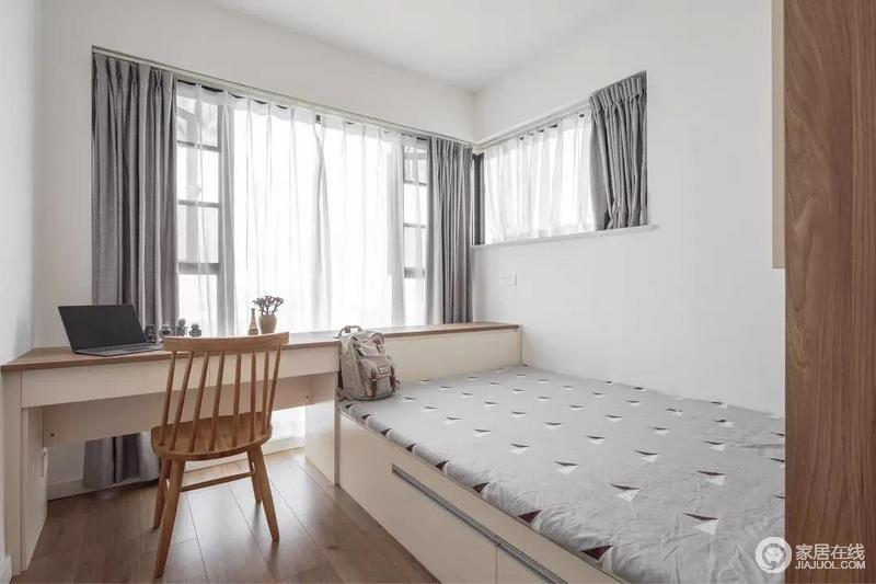 儿童房在靠窗的位置,设计了书桌并延伸到床头位置,可以充当床头柜功能,连贯的设计让空间逾显大气;根据窗户尺寸定制的灰色窗帘,以素雅营造温实。