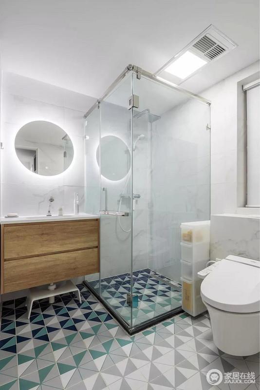 卫生间地面以灰白青三色拼接的三角图案地砖铺贴出一个充满立体感的画面,结合雅白的墙面砖,木质洗手盆柜和圆形背光镜面,呈现出舒适温馨的画面感,也足显简约时尚。
