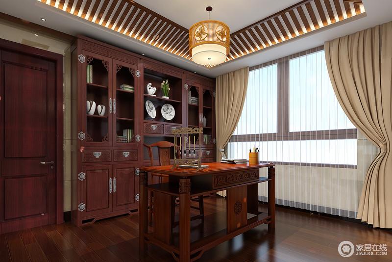 古香古色的书房里,设计师刻意的将条纹木加入到天花顶上营造出花线的感觉。胡桃木家具彰显了中式元素的精美,也传递出主人对于古典底蕴的喜爱。