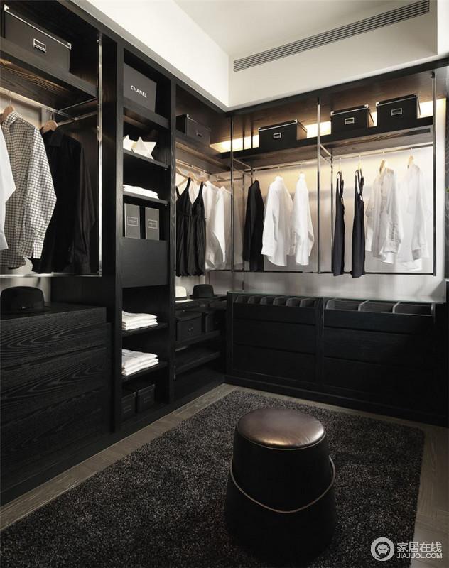 衣帽间以黑色复合实木板材做定制化设计,从置物格到衣架区满足收纳的同时,增加了生活质感;黑色地毯和皮质坐墩,带来简单和时尚,让空间尤为精致上乘。