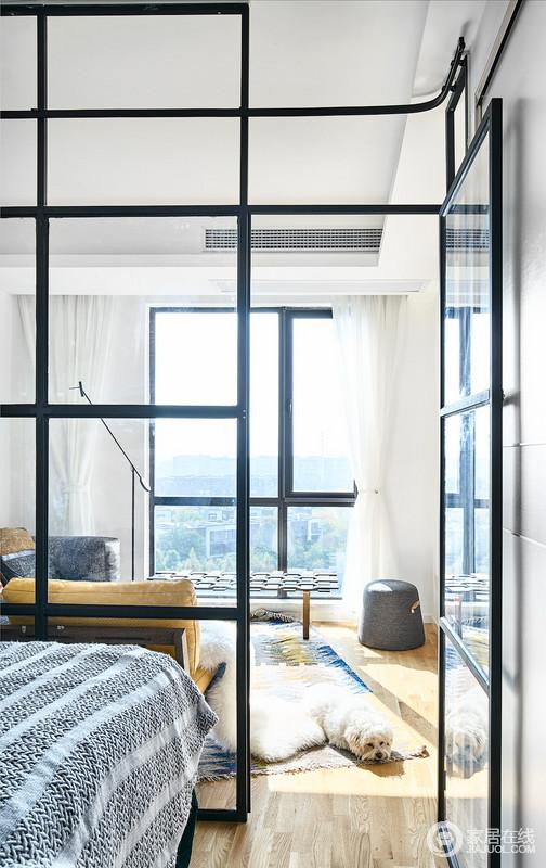 主卧连接客厅的墙整面敲掉,原本的主卧,通过网格隔离为主卧和客厅。主卧通过玻璃门和另一侧定制的移门来保证隐私,镜面墙背后是一个对着主卧床的大衣柜,非常大胆的开放式卧室设计,也阳光随时能照进空间,享受暖洋洋。